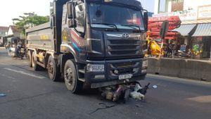 Quảng Nam: Xe máy cuốn vào gầm xe tải, một người thương nặng