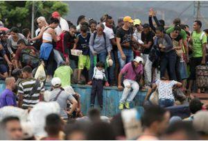 Người dân Venezuela tìm nhiều cách sang Colombia