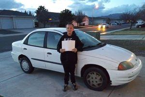 Cậu bé 13 tuổi tự kiếm tiền mua ôtô tặng mẹ