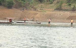Sóng to làm đứt dây néo thuyền, một người đuối nước trên sông Đà