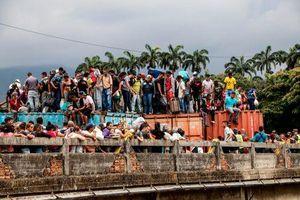 Hàng ngàn người dân Venezuela tiếp tục 'xé rào', vượt biên sang Colombia