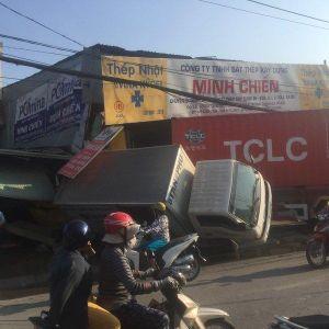 Container lao sập nhà dân, Mazda tông móp đầu taxi
