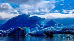 Núi băng bất ngờ đổ sập, du khách hoảng loạn chạy thoát thân