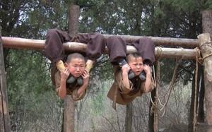 Tiểu hòa thượng treo người lên cây để luyện kung-fu