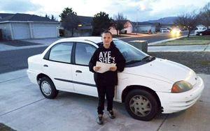 Bé trai 13 tuổi dọn sân, cắt cỏ thuê kiếm tiền mua ô tô tặng mẹ