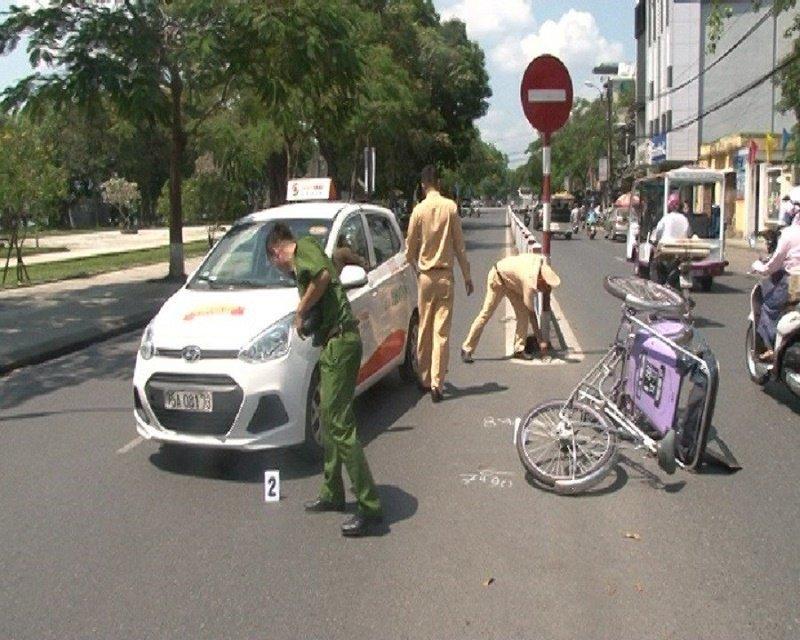 Tìm ra lái xe taxi tông người đạp xích lô rồi bỏ trốn ở Huế