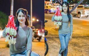 Cô gái xinh đẹp bán hoa khô trên đường phố Thái Lan
