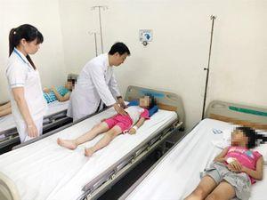 TP.HCM: 65 học sinh nhập viện nghi ngộ độc sau khi ăn trưa tại trường