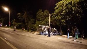 Xe 7 chỗ 'đấu đầu' xe tải, 3 người tử vong