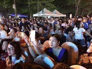 Hàng vạn du khách về dự Lễ hội 'Tình yêu – Hòn Trống Mái, Sầm Sơn'