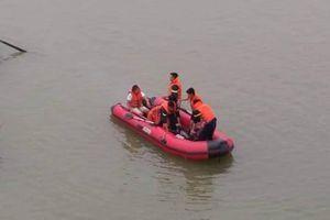 Nữ kế toán trường học bất ngờ gieo mình xuống sông Lam tự vẫn