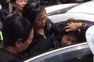 Mẹ nghệ sĩ Anh Vũ ngất xỉu khi thi hài con được đưa về đến Việt Nam