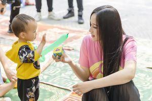 Hoa hậu Mai Phương Thúy xinh đẹp, giản dị bên các em nhỏ khi làm thiện