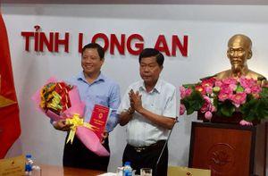Công bố quyết định Phó Chủ tịch tỉnh Long An và Giám đốc sở ở Hòa Bình