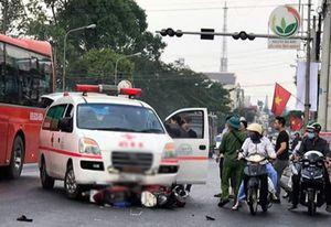 Lâm Đồng: Xe cứu thương vượt đèn đỏ tông xe máy, một người tử vong