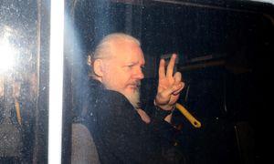 Cha ông trùm WikiLeaks lên tiếng sau khi chứng kiến con bị bắt giữ