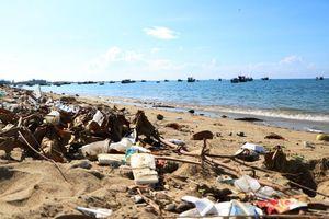 Phát hoảng vì rác thải 'bức tử' thiên đường biển Ninh Chữ