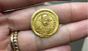Bốn học sinh nhặt được tiền vàng cổ đáng giá cả một gia tài