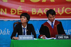 Hoa hậu H'Hen Niê 'làm Hội thẩm' phiên tòa giả định