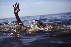 Hai bé trai sinh đôi đuối nước tử vong khi tắm ao