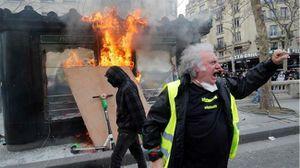 Người biểu tình 'áo vàng' tức giận trước những khoản tiền lớn ủng hộ Nhà thờ Đức Bà