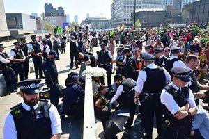Anh: Hơn 1000 người biểu tình bảo vệ môi trường bị bắt