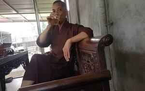 Sư trụ trì 'thả chó cắn nát mặt phật tử' vừa uống bia vừa trần tình: Người ta bảo mình tốt thì tốt, xấu thì xấu