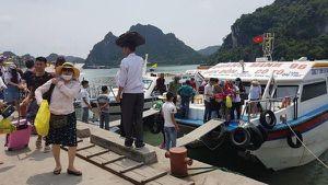 Dân bức xúc, du khách ngạc nhiên khi vé tàu ra đảo Cô Tô tăng cao