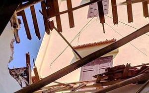 Thanh Hóa: Lốc xoáy làm mái nhà đổ xuống, mẹ chết, con trai 7 tháng tuổi may mắn thoát nạn