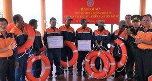 Cứu 7 ngư dân và thuyền cá chết máy trôi dạt trên vịnh Bắc Bộ