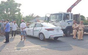 Taxi tông xe máy gãy đôi, người đàn ông tử vong thương tâm
