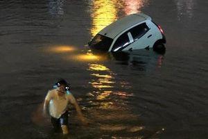 Hà Nội: Ô tô 4 chỗ bất ngờ lao xuống hồ Linh Đàm
