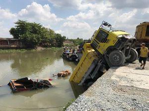 Tai nạn giữa xe ben và ghe bán tạp hóa dưới sông