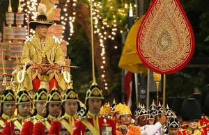 Quốc vương Thái Lan ngồi kiệu dát vàng 16 người khiêng trong lễ rước đăng quang