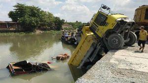 Xe ben trôi dốc nhấn chìm ghe tạp hóa dưới sông