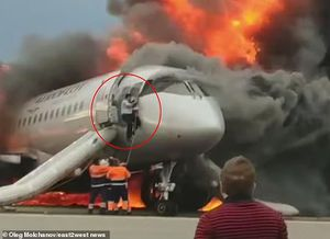 Khoảnh khắc cơ phó trèo vào máy bay Nga bốc cháy tìm cứu cơ trưởng