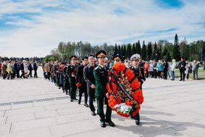 Cộng đồng người Việt Nam tại Saint Petersburg tham gia Lễ tưởng niệm Hồng quân Liên Xô