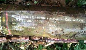 Nghệ An: Phát hiện quả bom dài gần 2m có nhiều ký tự lạ bên bờ suối