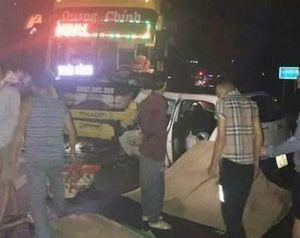 Tai nạn thảm khốc: Xe khách đâm taxi 3 người thiệt mạng