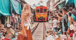 Cảnh báo mất an toàn khi du khách selfie ở chợ đường sắt Maeklong (Thái Lan)