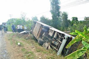 Xe khách lật ngửa trên đường, ít nhất 10 hành khách nhập viện