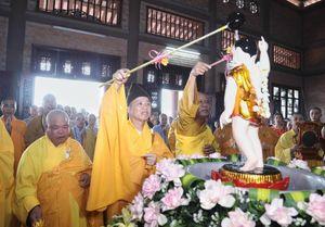 Nghi thức tắm Phật và rước hơn 400 xe hoa mừng Đại lễ Vesak 2019