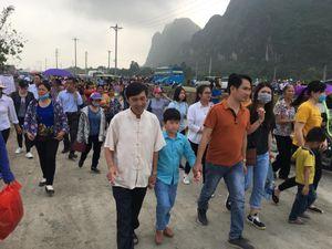 Hàng vạn người chen nhau đổ về chùa Tam Chúc dự Đại lễ Phật đản Vesak