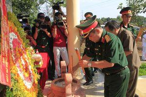 Dâng hương tưởng niệm các liệt sĩ bộ đội Trường Sơn