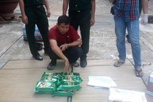 Bắt đối tượng vận chuyển 57 kg ma túy tổng hợp, 20 bánh heroin