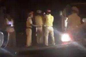 Người đàn ông xưng 'Thiếu tá quân đội' say xỉn, cản trở CSGT làm nhiệm vụ