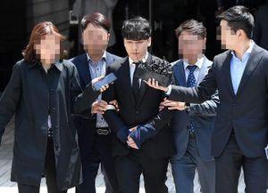 Seungri chính thức bị còng tay đến trại tạm giam chờ lệnh bắt chính thức