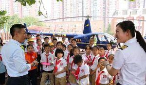 Bố mang trực thăng đến trường tiểu học của con gái