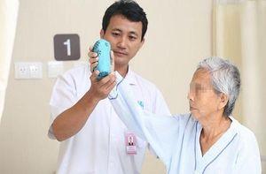 Chích thuốc trị đau khớp tại nhà, người phụ nữ bị liệt toàn thân