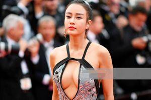 Mặc hở bạo, diễn trò lố - nghệ sĩ TQ đang biến Cannes thành cái chợ